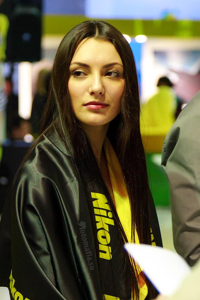Девушка Фотофорума на стенде Nikon