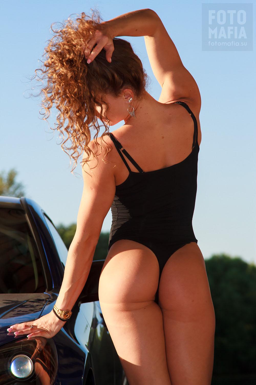 Спортивная девушка в купальнике