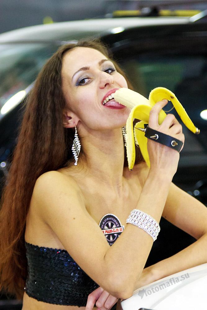Эротично ест банан картинка 2 фотография