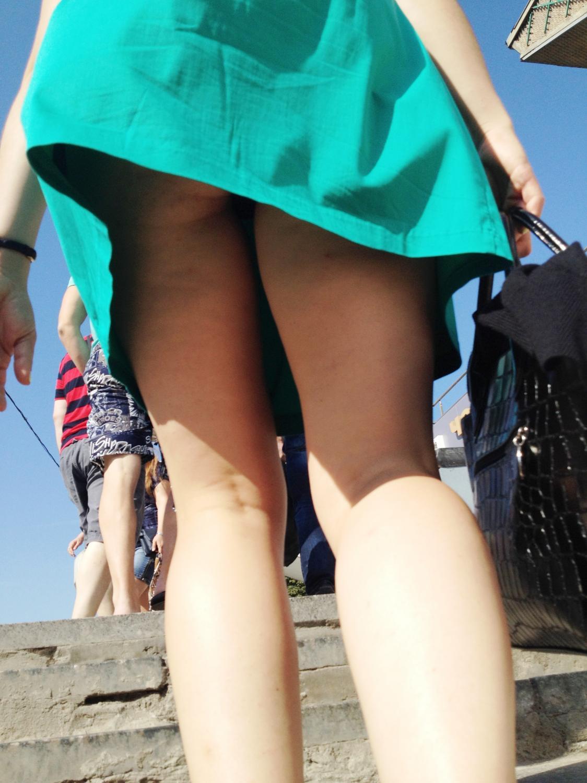 Скрытая камера под юбками у девушек70