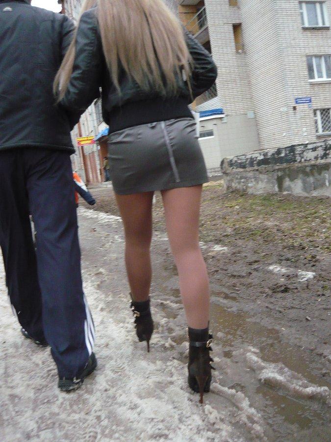 в мини юбке и чулках на улице фото