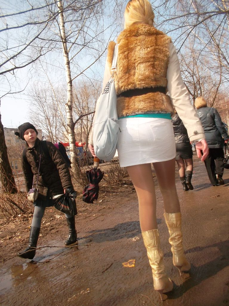 Девушка в мини юбке на улице.