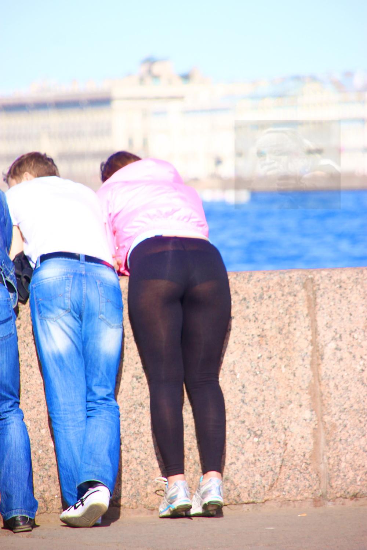 Стринги выделяются через штаны 13 фотография