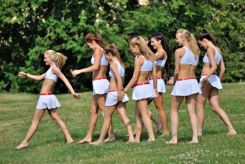 Девушки группы поддержки в коротких юбках