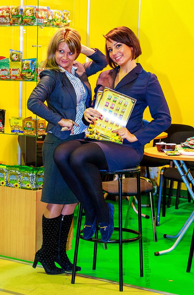 Девушки в деловых костюмах на выставке World Food 2012