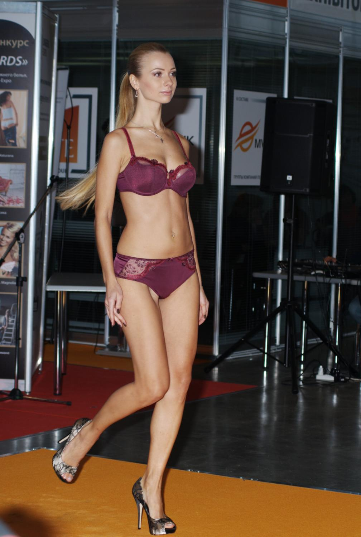 Девушка на показе нижнего белья Lingerie-Expo