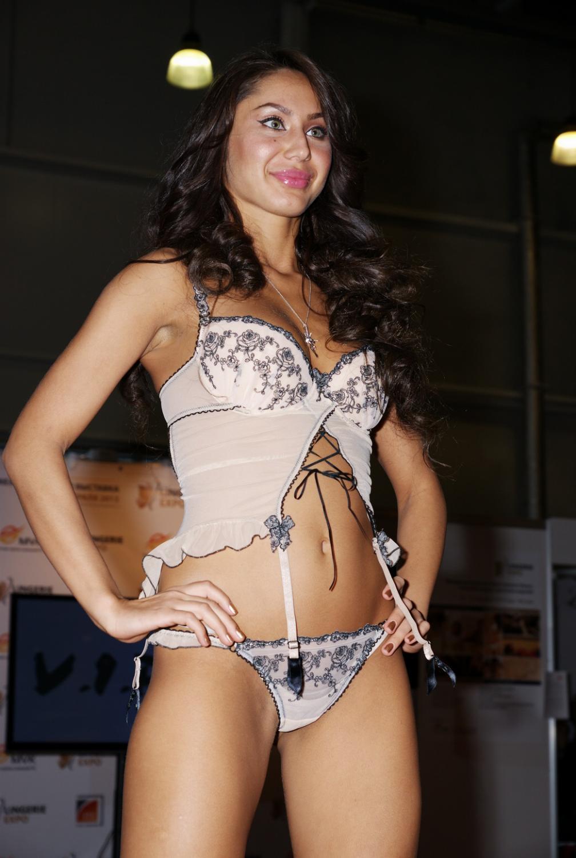 Девушка в нижнем белье на выставке Lingerie-Expo