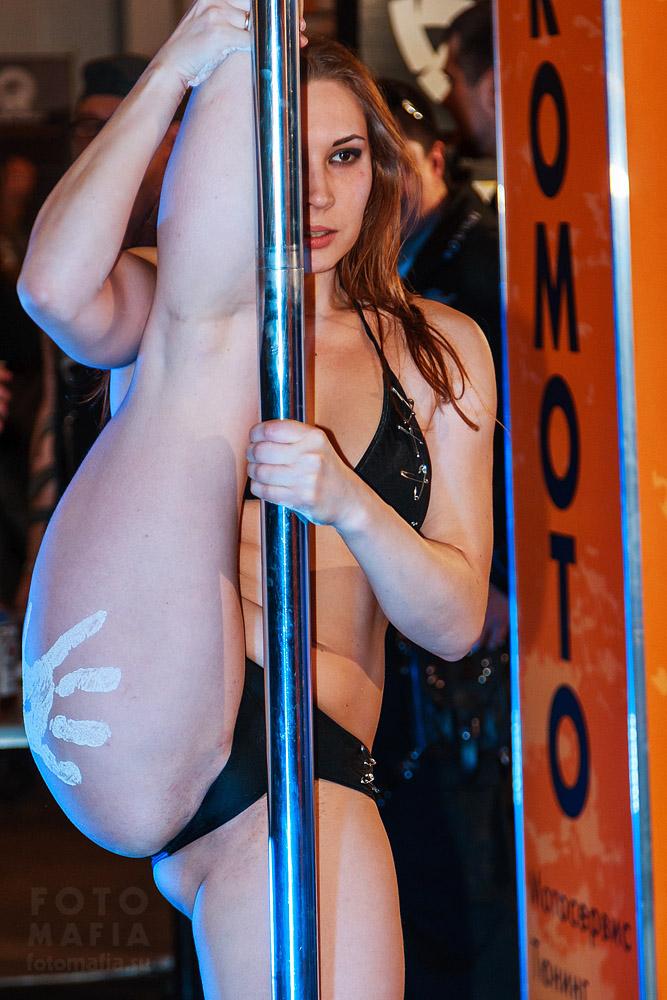 Танцовщица pole dance на Мото Парке 2013