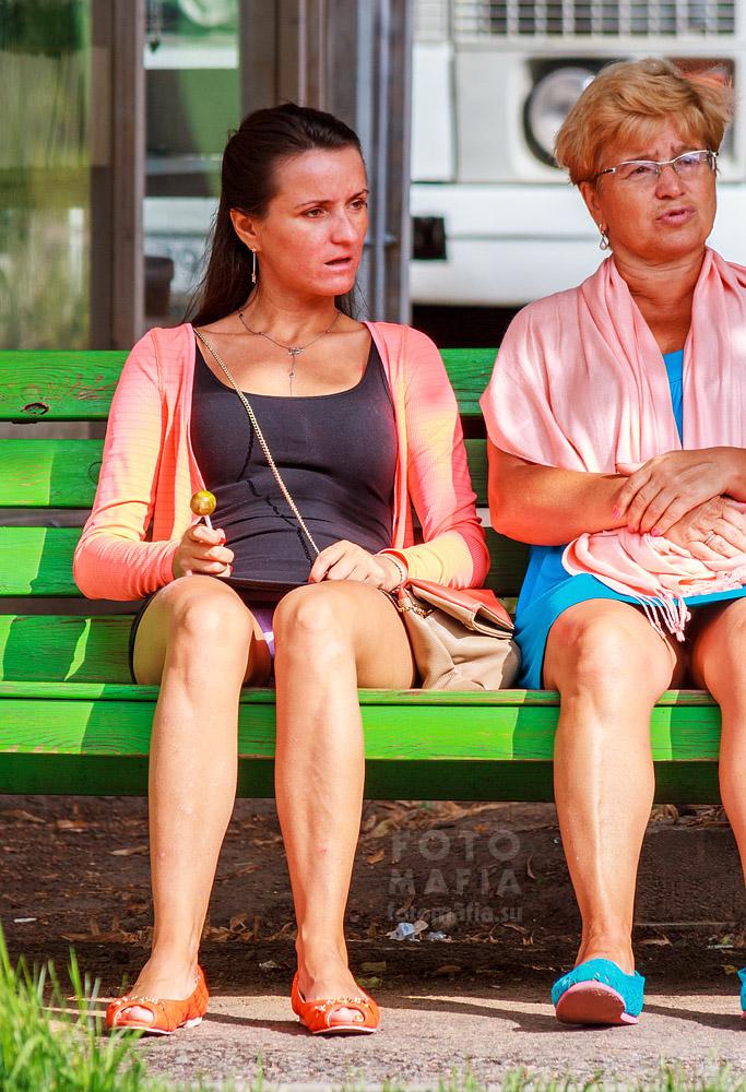 фотографии сидячие девушки трусы видна