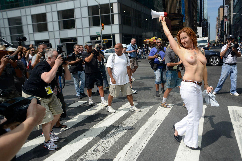 Топлесс на улице фото 2 фотография