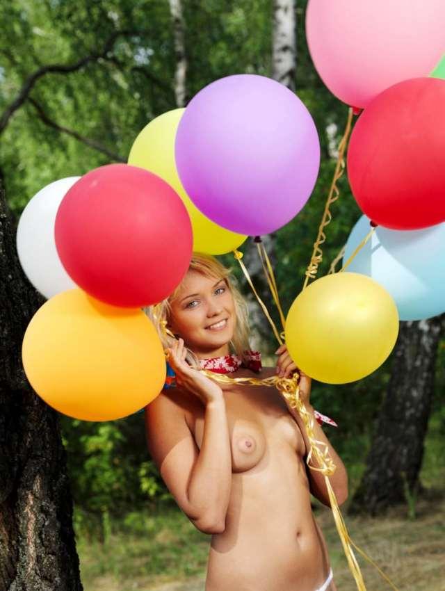 обнаженная девушка и воздушные шары